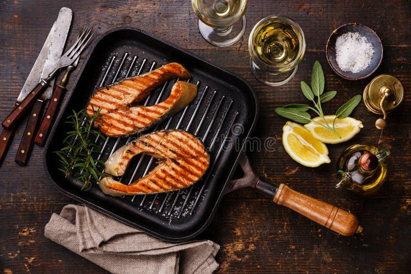 Bistecca di color salmone arrostita sulla leccarda con vino fotografia stock
