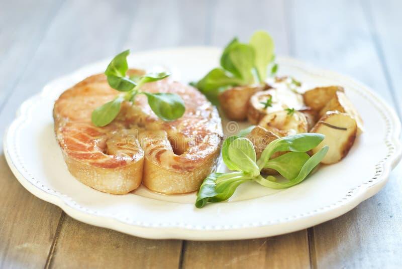 Salmoni cotti con la patata e la valerianella fotografia stock libera da diritti