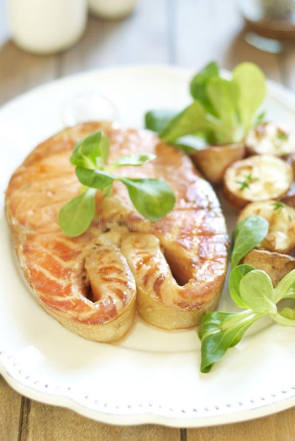 Salmoni cotti con la patata e la valerianella immagini stock libere da diritti