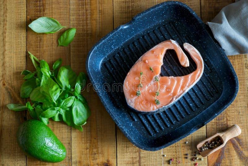 Bistecca di color salmone deliziosa nella pentola fotografie stock libere da diritti