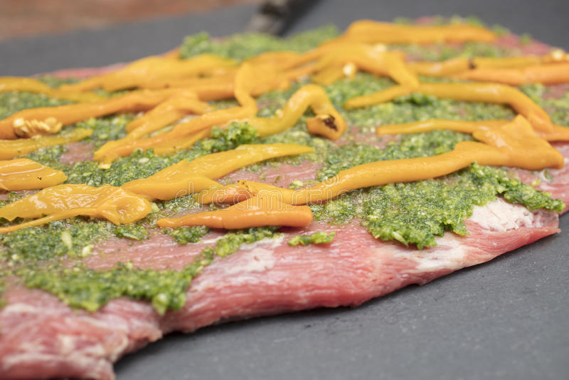 Bistecca di fianco pronta con gli ingredienti farciti fotografia stock libera da diritti