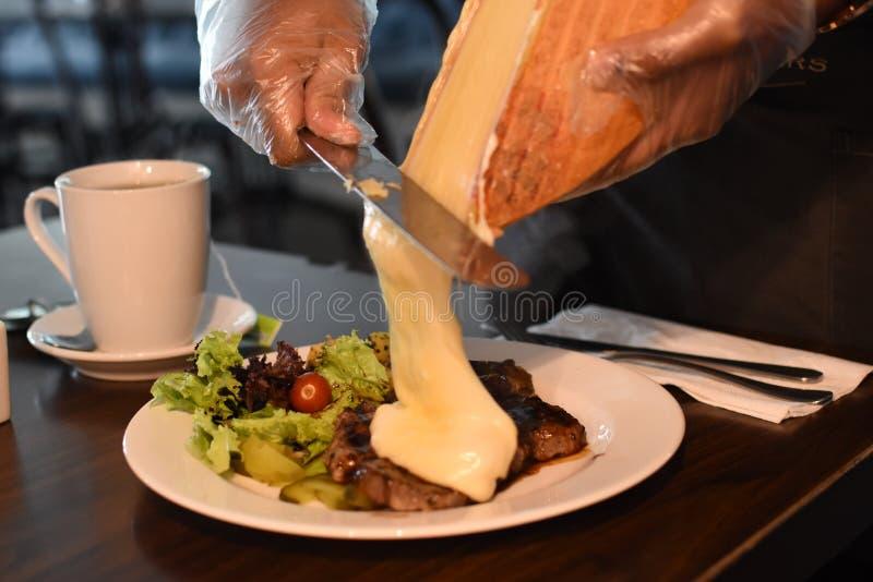 Bistecca di formaggio fuso e patate fotografie stock libere da diritti