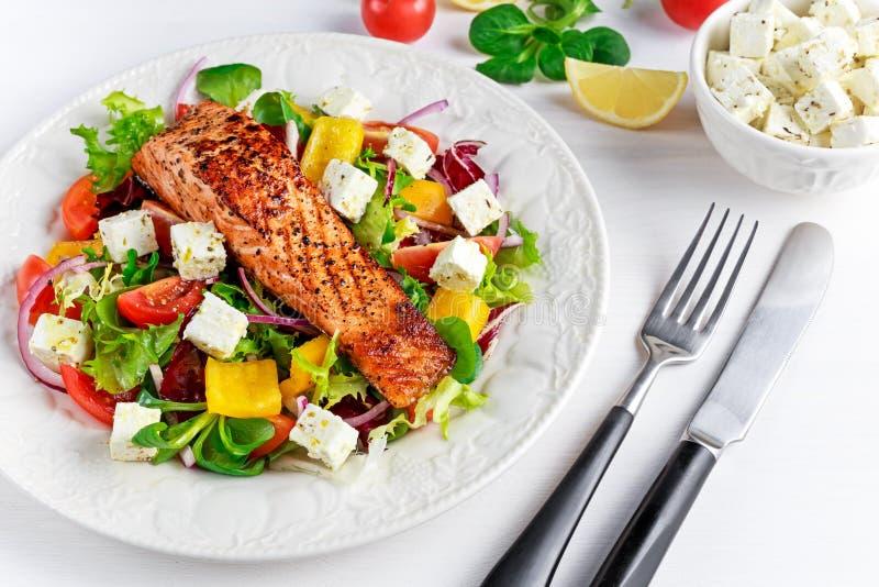 Bistecca di Fried Salmon con gli ortaggi freschi insalata, feta Alimento sano di concetto immagine stock libera da diritti