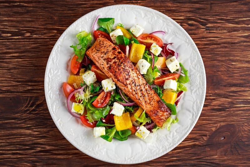 Bistecca di Fried Salmon con gli ortaggi freschi insalata, feta Alimento sano di concetto fotografie stock