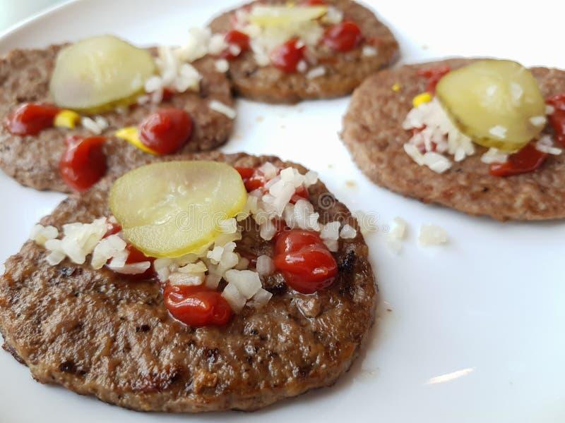 Bistecca di hamburger del manzo servita sul piatto fotografia stock