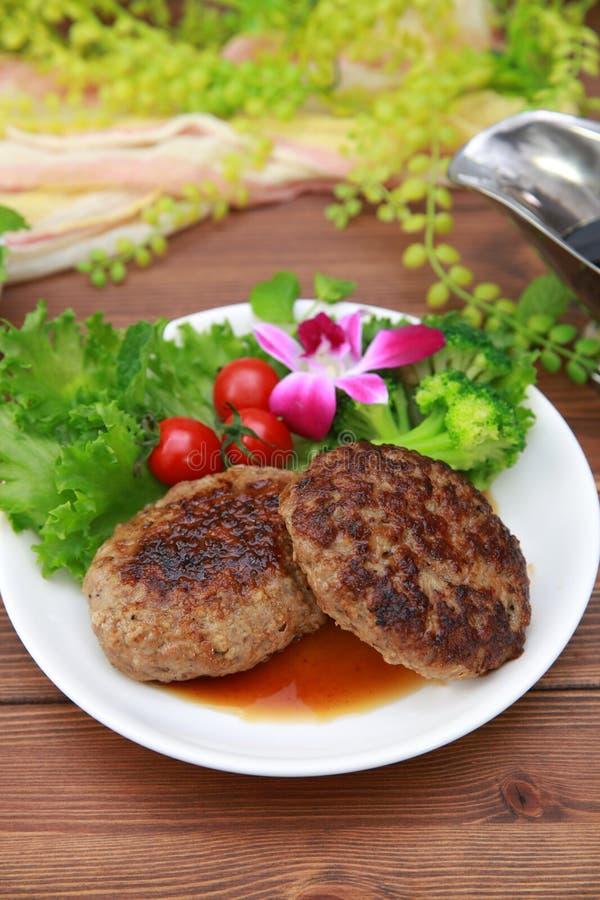 Bistecca di hamburger ed insalata dell'aggiunta fotografia stock