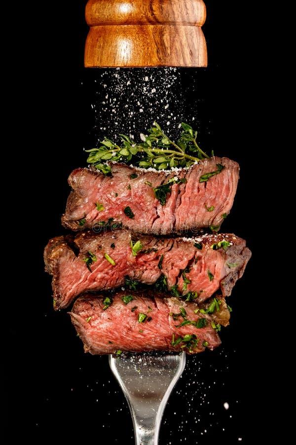 Bistecca di manzo affettata dalla griglia su una forcella immagine stock libera da diritti