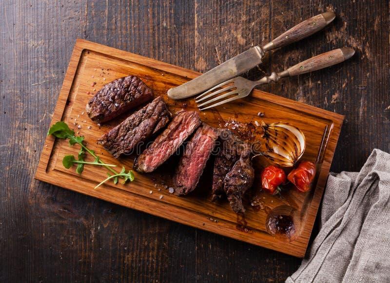 Bistecca di manzo arrostita rara media affettata fotografie stock libere da diritti