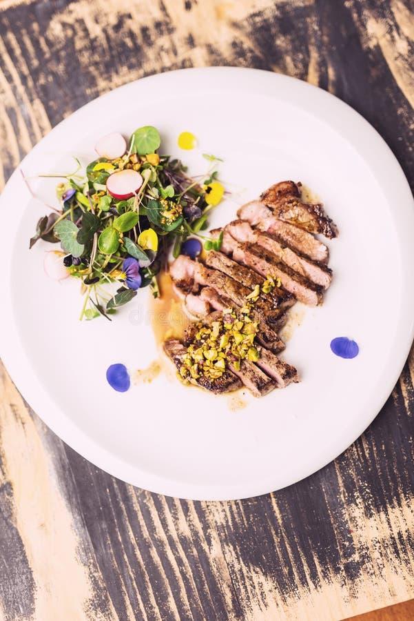 Bistecca di manzo con l'insalata dei microgreens immagine stock libera da diritti