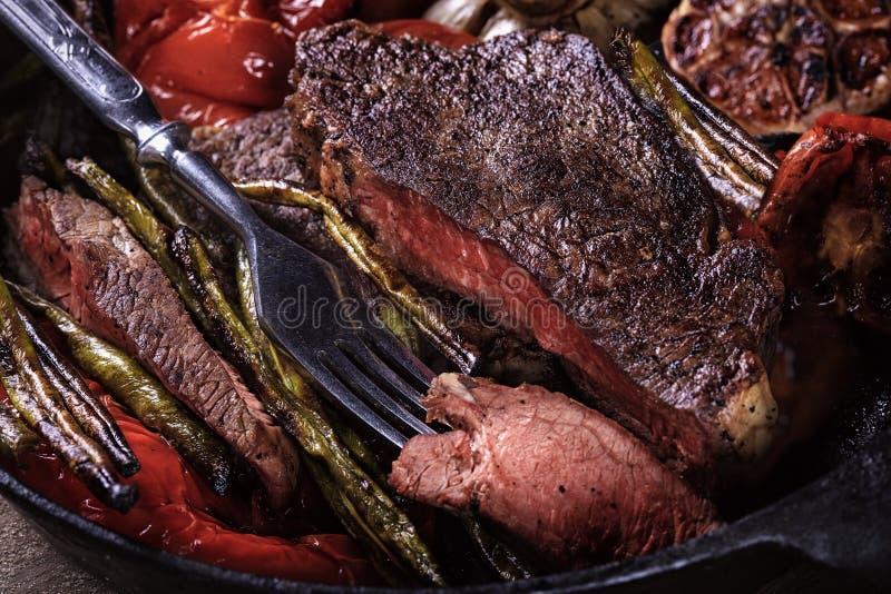 Bistecca di manzo con le verdure arrostite fotografie stock