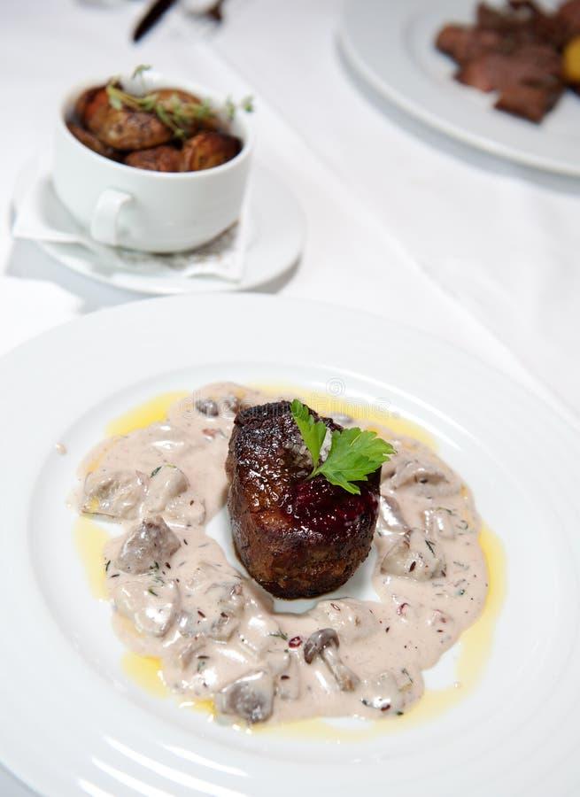 Bistecca di manzo cotta con la salsa di fungo crema immagine stock