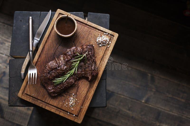 Bistecca di manzo Pezzo di manzo arrostito del BBQ marinato in spezie fotografia stock libera da diritti