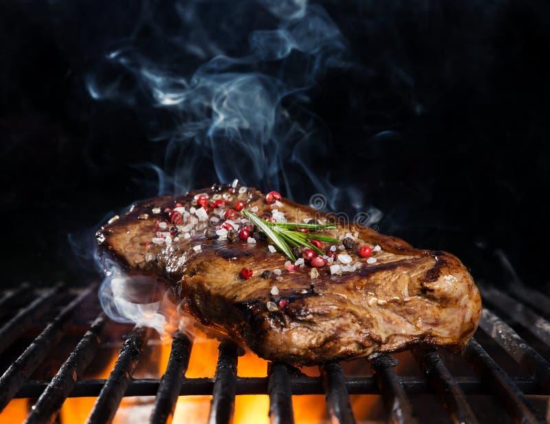 Bistecca di manzo sulla griglia immagine stock