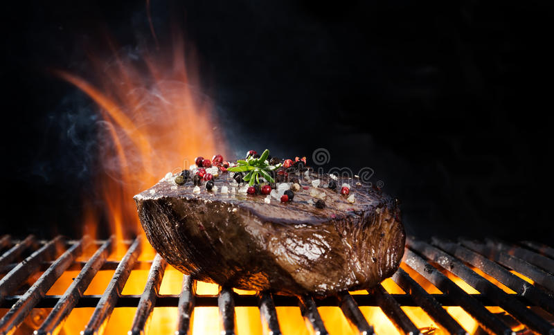 Bistecca di manzo sulla griglia immagine stock libera da diritti