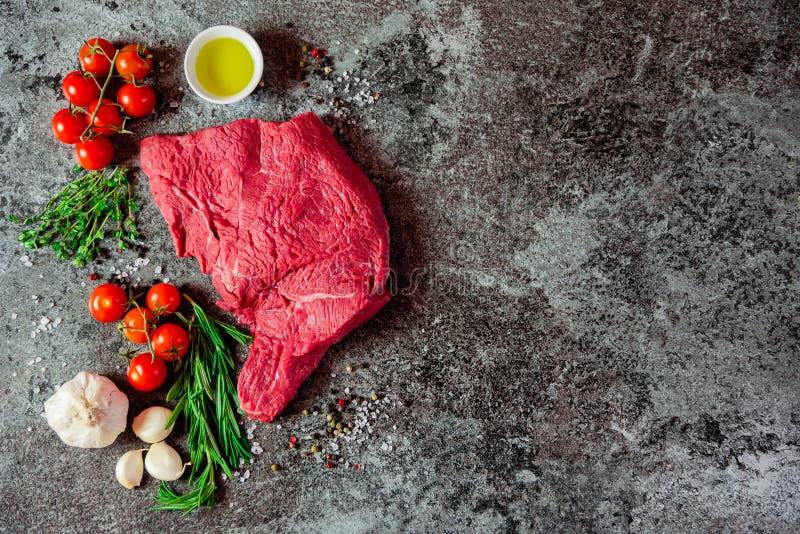 Bistecca di scamone sull'ardesia fotografia stock