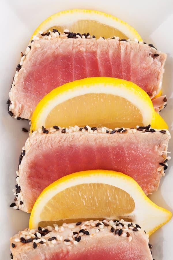 Bistecca di tonno con i semi di sesamo immagine stock