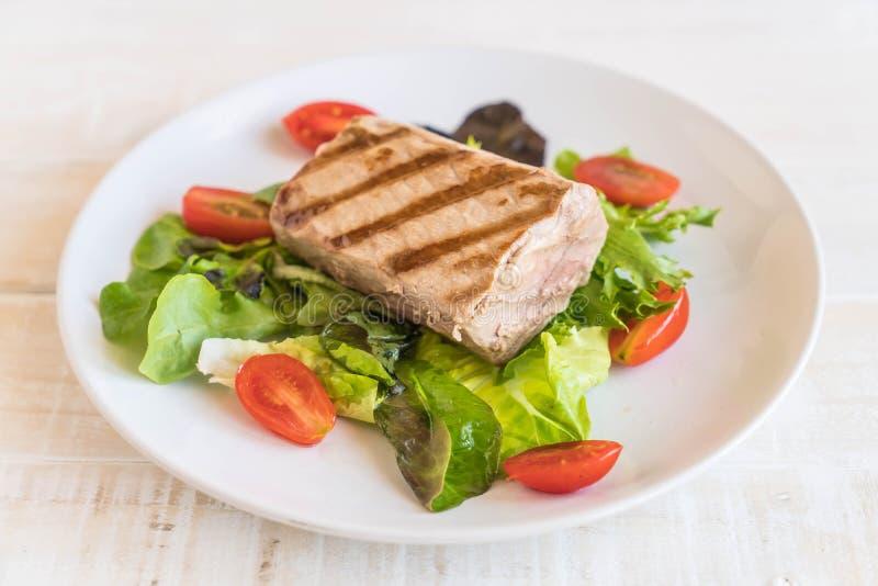 Bistecca di tonno con insalata immagine stock