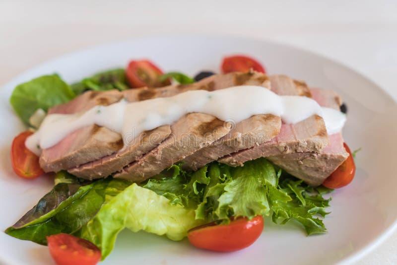 Bistecca di tonno con insalata immagine stock libera da diritti