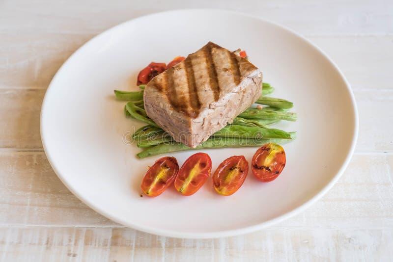Bistecca di tonno con insalata fotografie stock