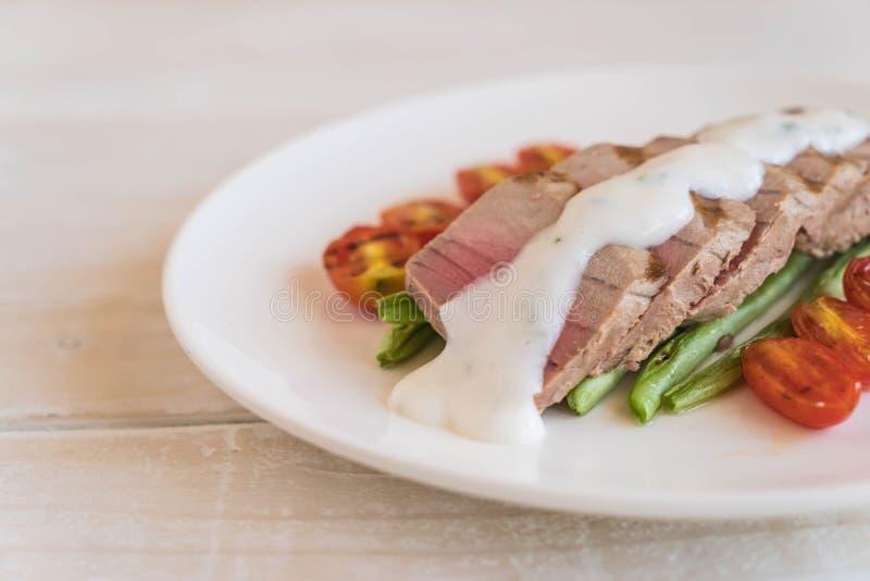 Bistecca di tonno con insalata fotografia stock libera da diritti