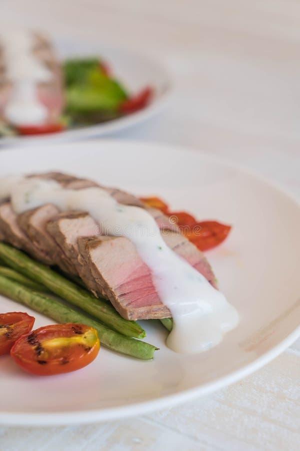 Bistecca di tonno con insalata fotografia stock