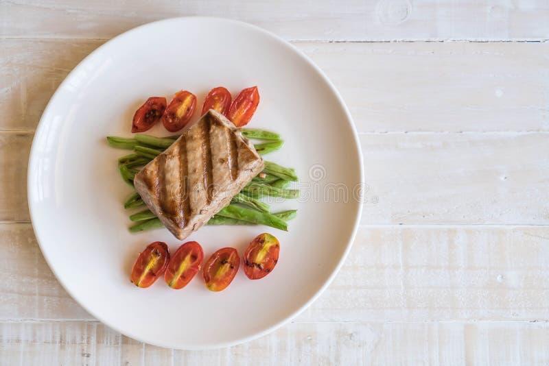 Bistecca di tonno con insalata immagini stock