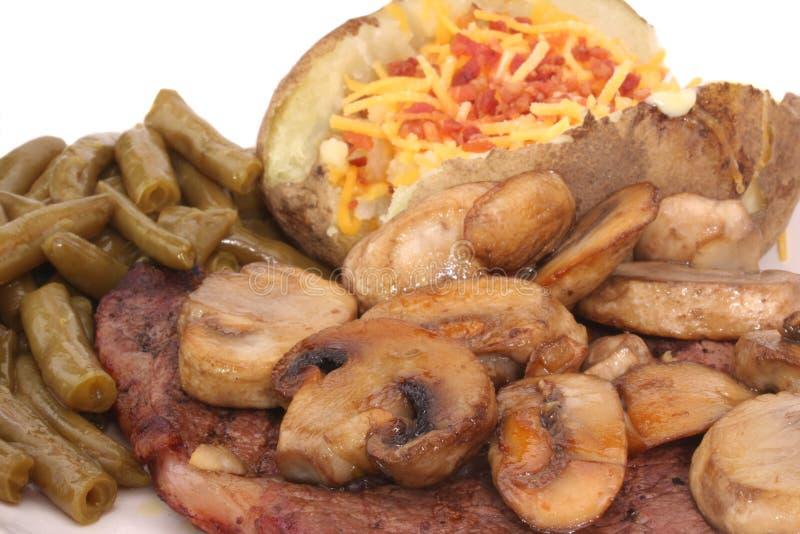 Bistecca e funghi immagini stock