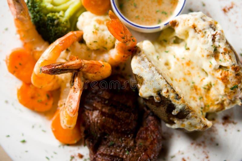 Bistecca e gamberi fotografia stock libera da diritti