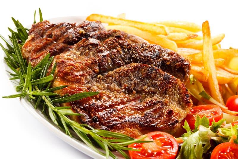 Bistecca e patate fritte cotte fotografie stock