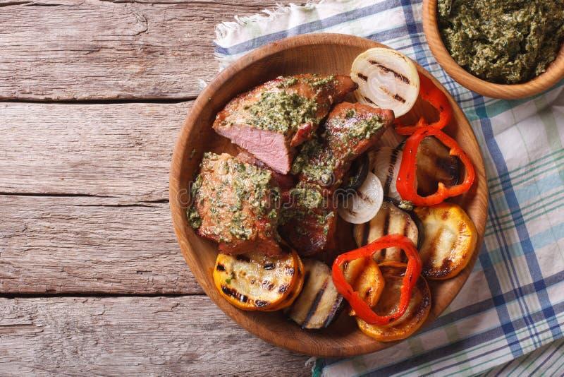 Bistecca e verdure arrostite con il primo piano di pesto cima orizzontale immagini stock libere da diritti