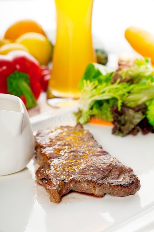 bistecca e verdure succose del ribeye dell'occhio della costola grigliate bbq 3657507 fotografie stock