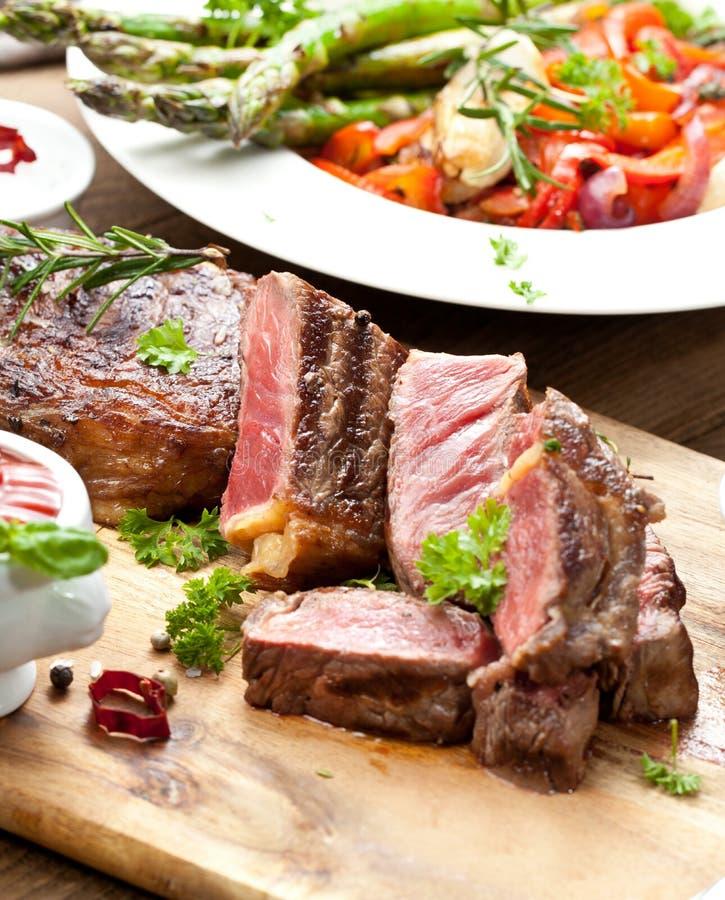 Bistecca, erbe e spezie di manzo arrostita del ribeye Vista superiore fotografie stock