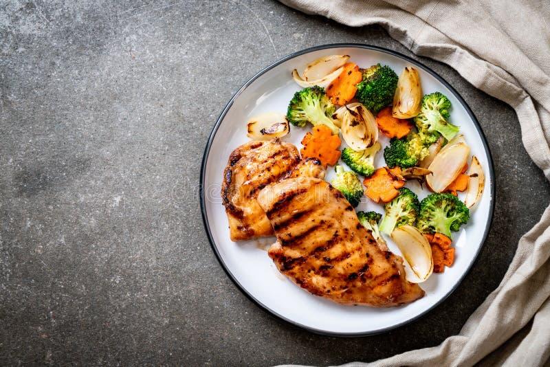 bistecca griled del petto di pollo con la verdura fotografie stock