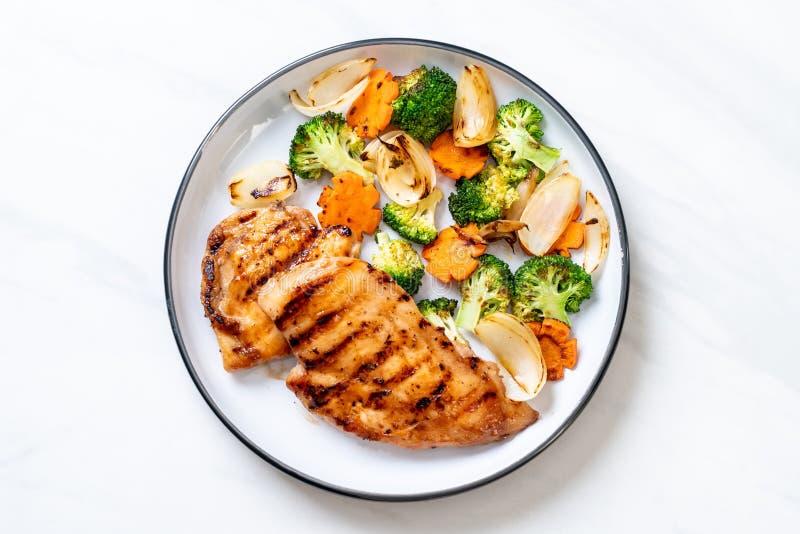 bistecca griled del petto di pollo con la verdura fotografia stock libera da diritti