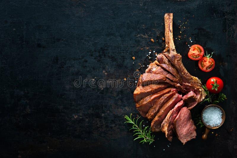 Bistecca invecchiata asciutta grigliata del tomahawk affettata come primo piano fotografie stock