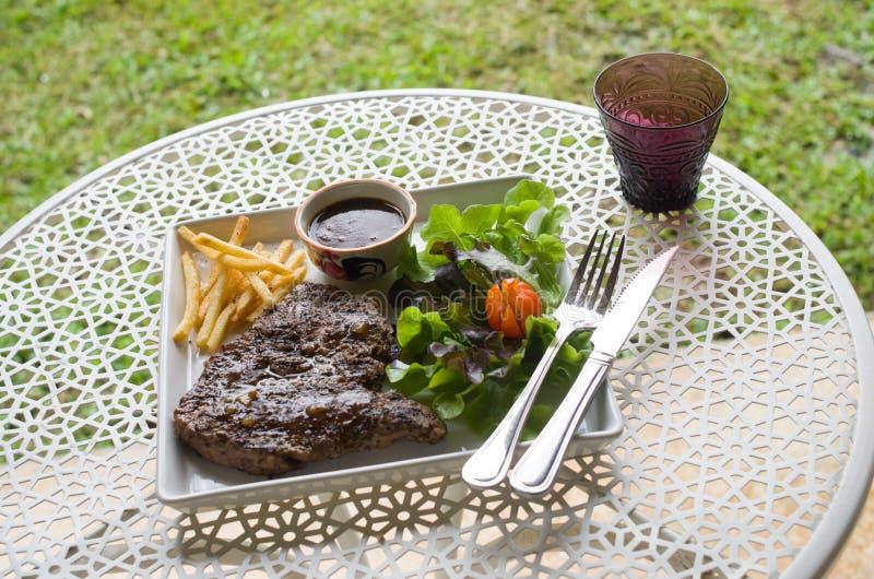 Bistecca nella lombata arrostita con il francese fritto fotografie stock