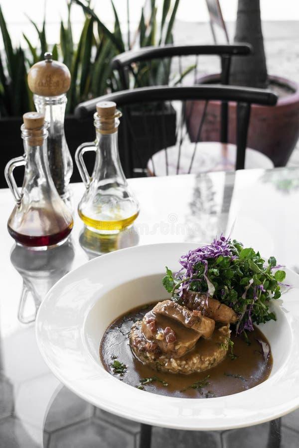 Bistecca portoghese della carne di maiale nel sauc piccante cremoso del sugo della salsiccia del chorizo fotografie stock libere da diritti