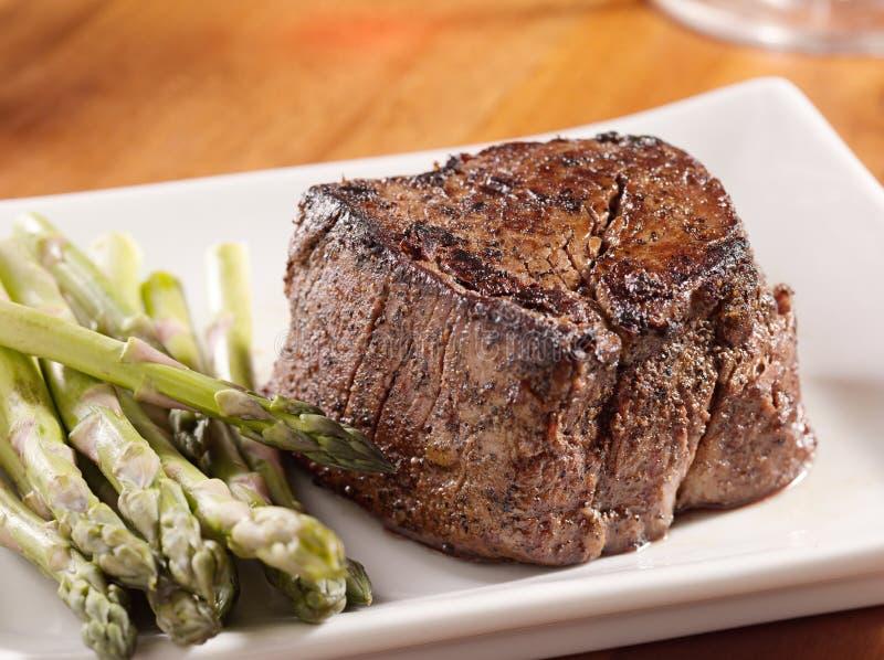 Bistecca Seared del filetto con asparago. fotografia stock libera da diritti