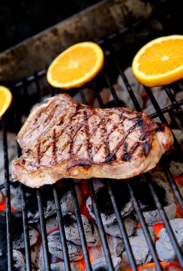 Bistecca sulla griglia fotografie stock libere da diritti