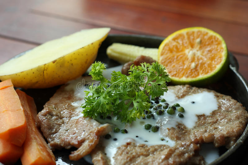 Bistecche arrostite, patate al forno e verdure fotografie stock