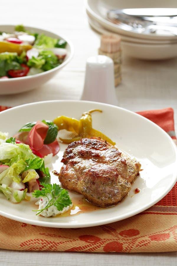 Bistecche con insalata mixed fotografia stock