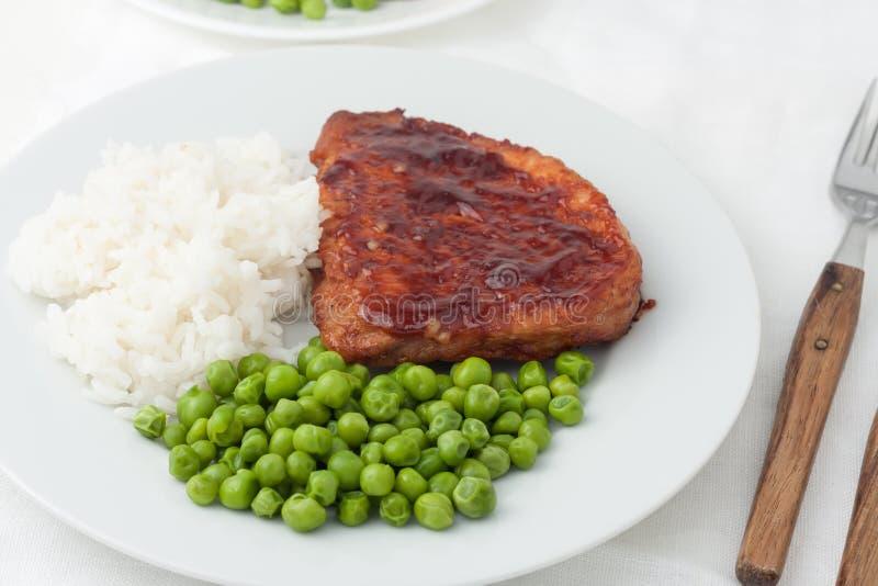 Bistecche cucinate succose con i piselli immagini stock