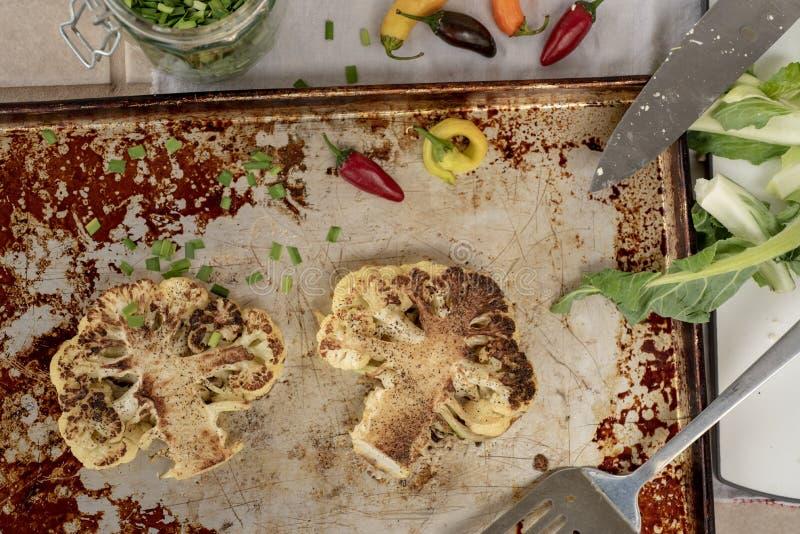 Bistecche del cavolfiore arrostite forno immagini stock