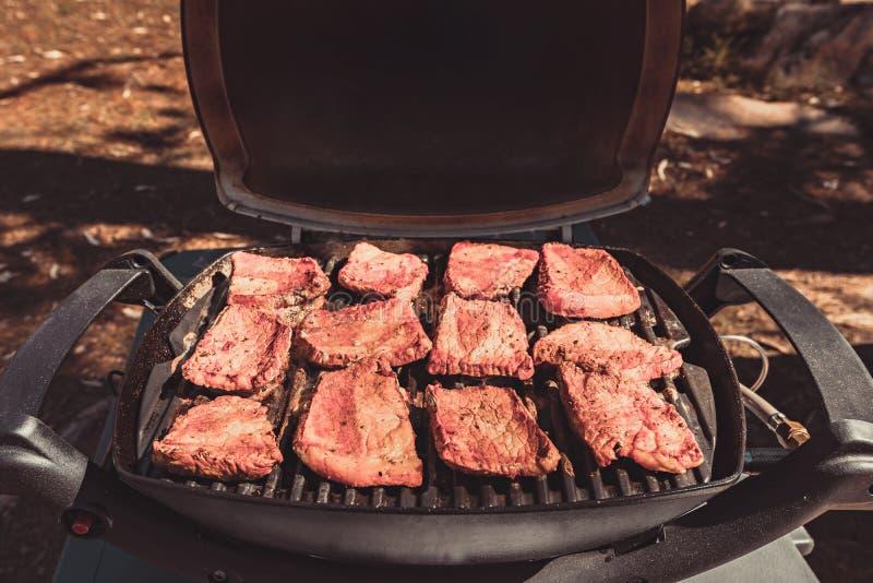 Bistecche di manzo australiane del barbecue del gas immagini stock libere da diritti