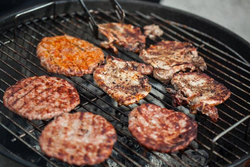 Bistecche ed hamburger in forno del BBQ fotografia stock libera da diritti