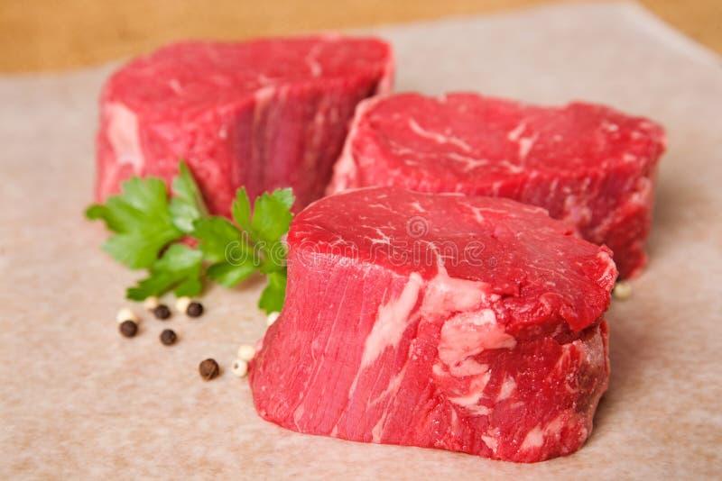 Bistecche grezze del filetto di manzo immagine stock libera da diritti