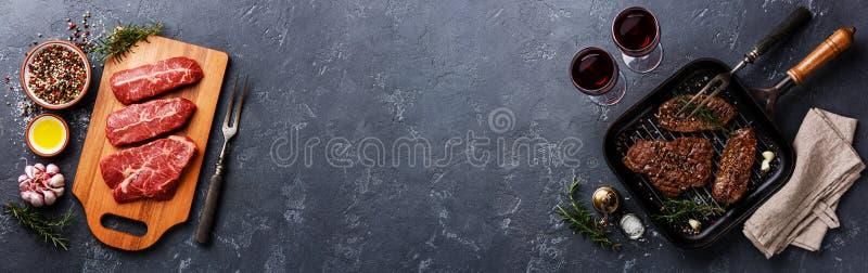 Bistecche superiori della lama sullo spazio scuro della copia del fondo fotografia stock