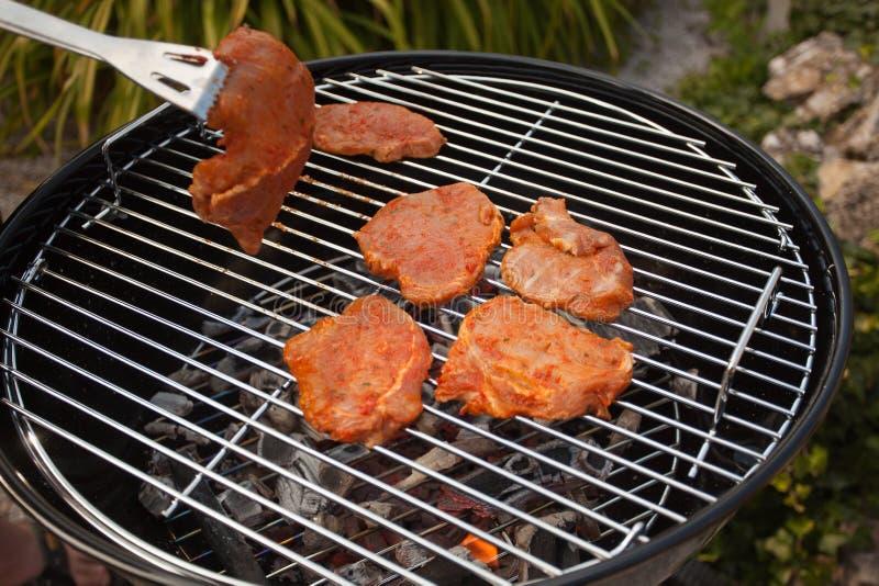Bistecche in una griglia del BBQ fotografie stock libere da diritti