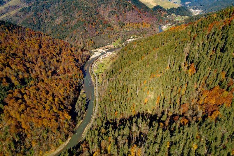Bistrita dal i Rumänien, flyg- sikt från surret med den Bistrita flodkorsningen berglandskapet arkivfoton