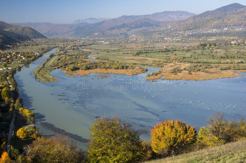 Bistrita River Valley im Herbst stockfotos